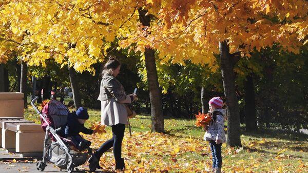 Женщина гуляет с детьми в районе Ленинского проспекта в Москве
