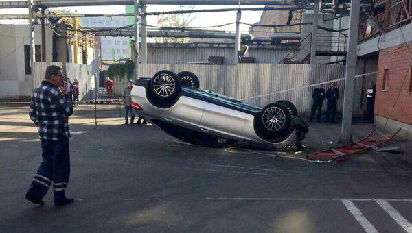 Автомобиль упал со второго этажа парковки ТЦ Горбушкин двор в Москве. 15 октября 2018