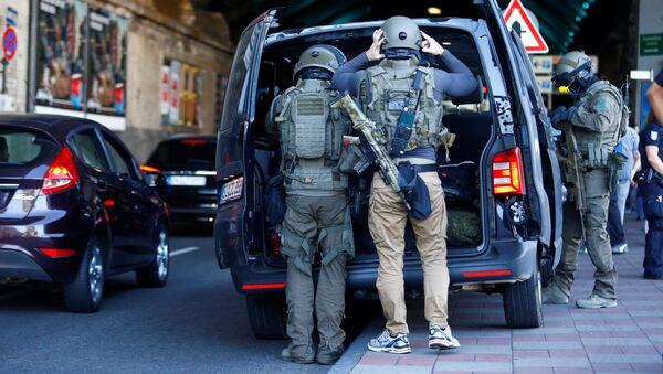 Сотрудники спецподразделения немецкой полиции у здания центрального вокзала в Кельне