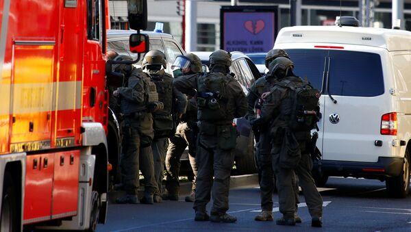 Полицейские в здания центрального вокзала в Кельне. Архивное фото