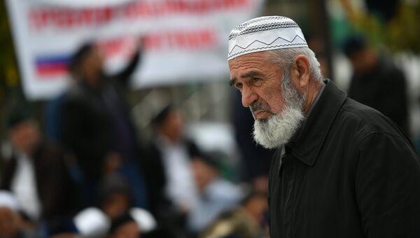 Верующий во время пятничной молитвы на проспекте Идриса Зязикова в Магасе. Архивное фото
