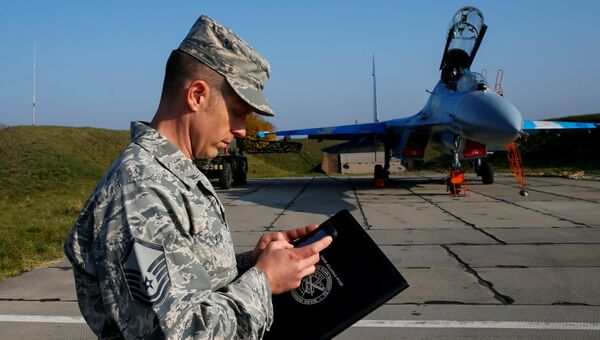 Военнослужащий армии США рядом с украинским истребителем Су-27 во время учений Чистое небо - 2018 на авиабазе в Хмельницкой области