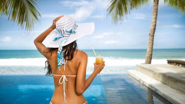 Девушка на тропическом курорте