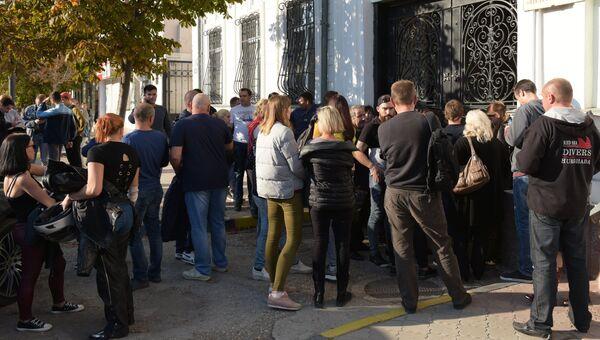 Люди в очереди у центра переливания крови для ее сдачи пострадавшим при взрыве в Керченском политехническом колледже