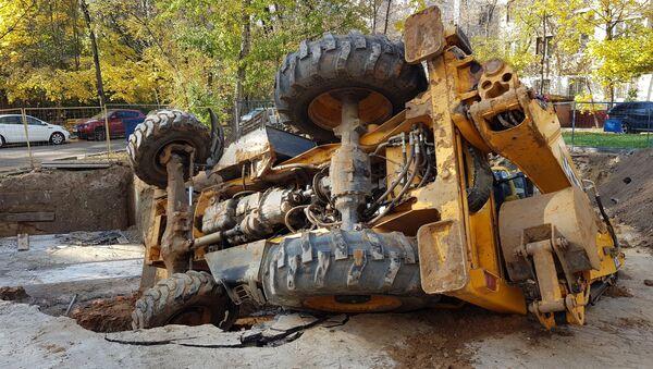Трактор, упавший в котлован на севере Москвы. 17 октября 2018