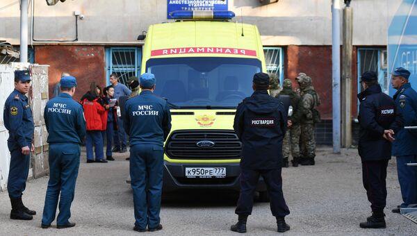 Автомобиль скорой помощи на улице в Керчи, где в Керченском политехническом колледже произошли взрыв и стрельба. 18 октября 2018