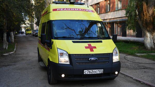 Автомобиль скорой помощи у Керченской больницы № 1 имени Н. И. Пирогова. Архивное фото