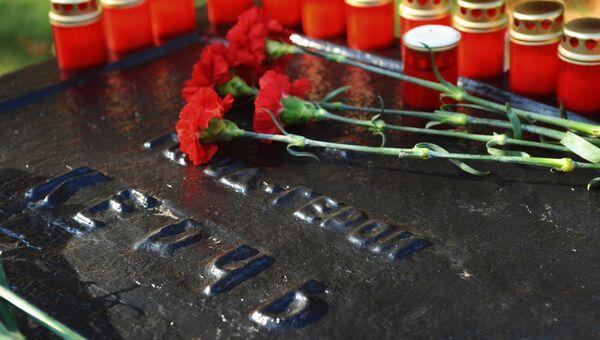 Цветы и свечи в память о погибших при нападении на колледж в Керчи на монументе города-героя Керчь в Тамбове