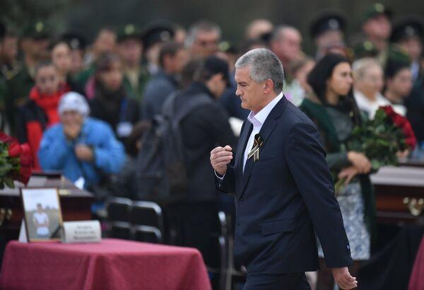 Глава Республики Крым Сергей Аксенов во время церемонии прощания с погибшими при нападении на Керченский политехнический колледж