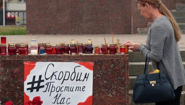 Жители Симферополя несут цветы и свечи к народным мемориалам в память о погибших при нападении на политехнический колледж в Керчи