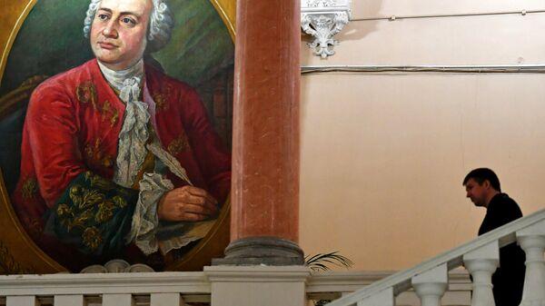 Мужчина во время Дня открытых дверей факультета журналистики МГУ