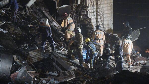 Поисково-спасательные мероприятия пожарно-спасательными подразделениями МЧС РФ на заводе пиротехники Авангард в Гатчине Ленинградской области, где произошел взрыв. 19 октября 2018
