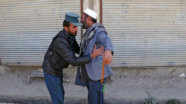 Осмотр участника голосования у избирательного участка в Кабуле