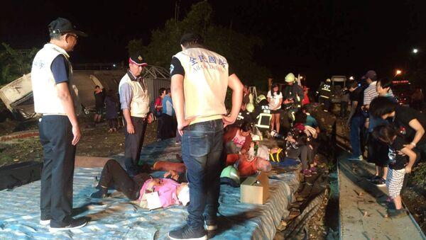 Спасатели оказывают помощь пострадавшим при сходе с рельсов скоростного поезда Puyuma Express на севере Тайваня. 21 октября 201