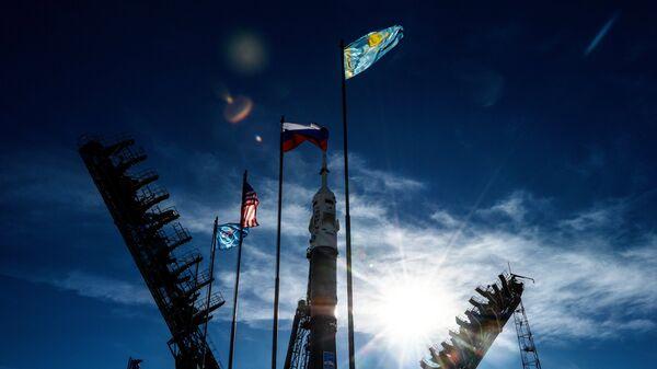 Установка ракеты-носителя Союз-ФГ с пилотируемым кораблем Союз МС-10 на стартовый стол первой Гагаринской стартовой площадки космодрома Байконур