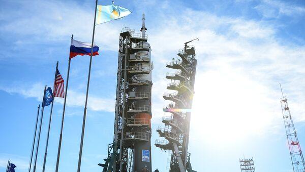 Установка ракеты-носителя Союз-ФГ с пилотируемым кораблем Союз МС-10 на стартовый стол первой Гагаринской стартовой площадки космодрома Байконур. Архивное фото