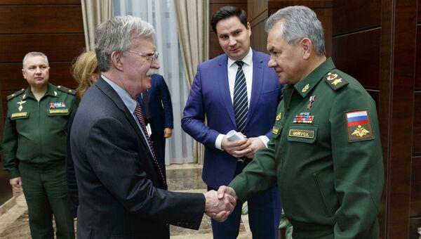Министр обороны РФ Сергей Шойгу и советник президента США Джон Болтон во время встречи. 23 октября 2018