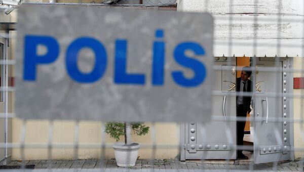 Сотрудник службы безопасности у входа в консульство Саудовской Аравии в Стамбуле. Архивное фото