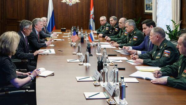 Министр обороны РФ Сергей Шойгу и помощник президента США Джон Болтон во время встречи в Москве. 23 октября 2018
