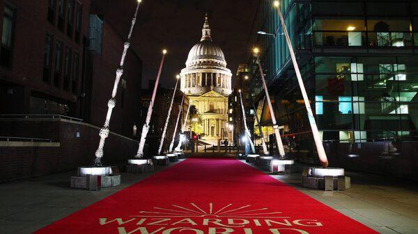 Волшебные палочки установлены между мостом Миллениум и собором Святого Павла в Лондоне