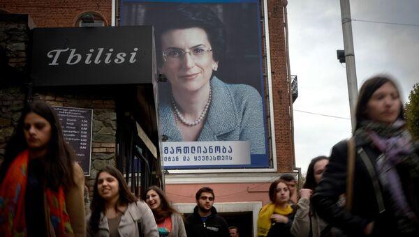 Агитационный плакат Нино Бурджанадзе на улице Тбилиси. Архивное фото