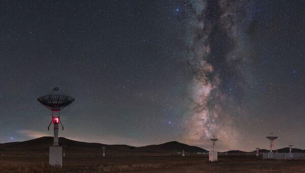 Работа фотографа Tianhong Li Galaxy curtain call performance. Конкурс Insight Astronomy Photographer of the year 2018