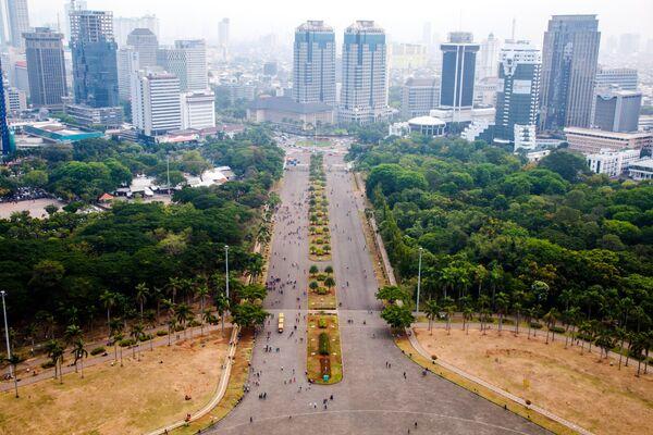 Вид на город Джакарт с самой высокой точки национального памятника Монас на площади Мердека