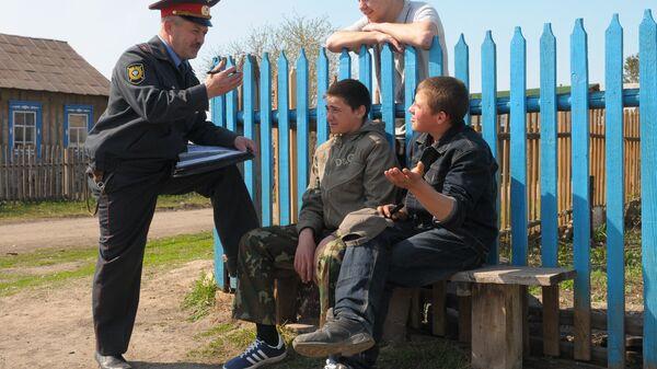 Участковый Коелгинского сельского поселения Челябинской области Василий Серебряков беседует с подростками