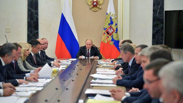 Президент РФ В. Путин провел совещание с членами правительства РФ. Архивное фото