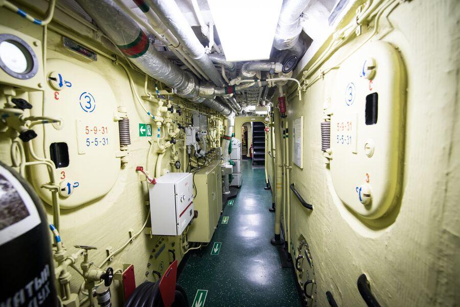 Коридор на нижней палубе фрегата Адмирал Макаров