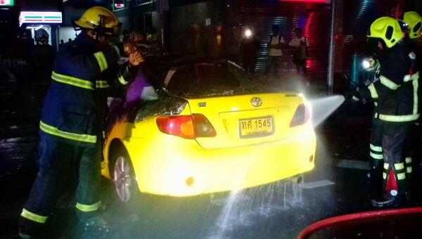 Сотрудники пожарной службы Бангкока во время ликвидации последствий возгорания такси. 24 октября 2018