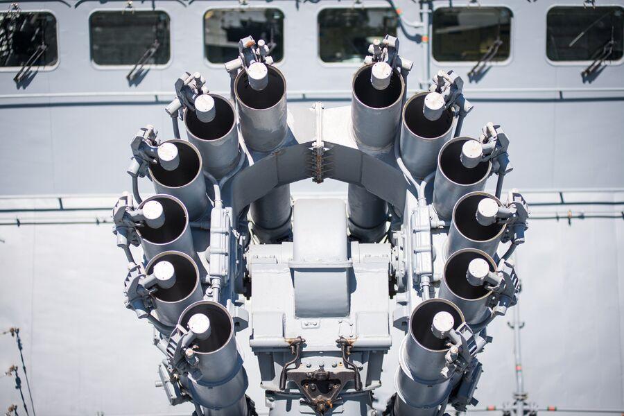 Реактивный бомбомет Смерч-2 на фрегате Адмирал Макаров