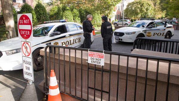 Полицейские на дороге, которая ведет к дому бывшего президента Барака Обамы в Вашингтоне. 24 октября 2018