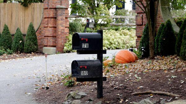 Почтовые ящики у входа в дом Джорджа Сороса в пригороде Нью-Йорка