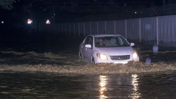 Автомобиль на улице в Туапсе, подтопленной в результате сильных дождей
