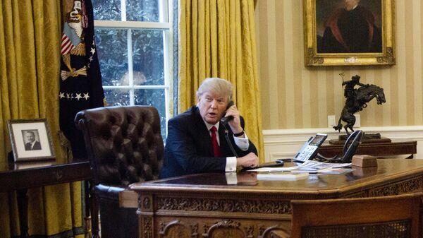 Дональд Трамп во время телефонного разговора с королем Саудовской Аравии Салманом ибн Абдул-Азизом Аль Саудом