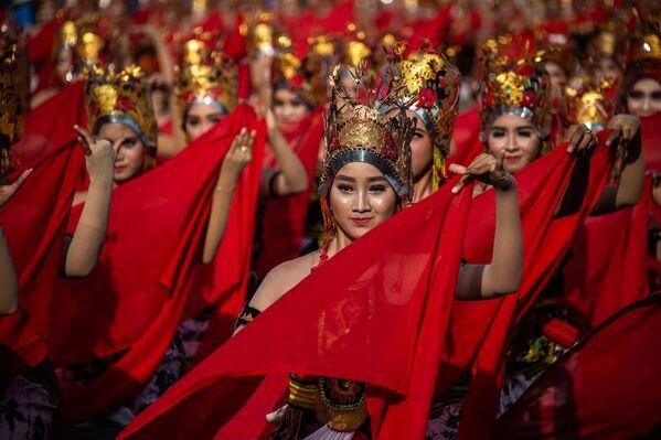 Девушки исполняют традиционный яванский танец на пляже города Баньюванги, Индонезия