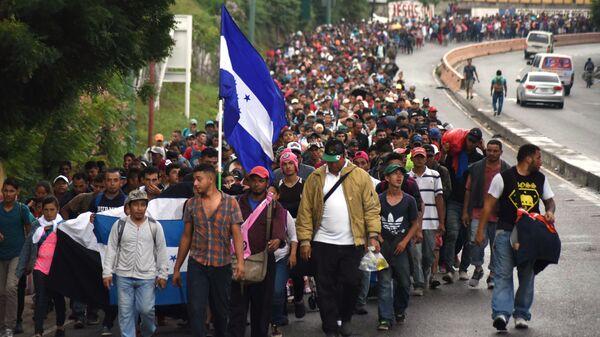 Караван мигрантов из Гондураса в США на дороге в городе Чикимула в Гватемале. 17 октября 2018