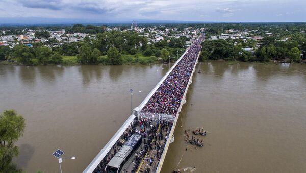 Караван мигрантов из Гондураса в США на мосту между Гватемалой и Мексикой