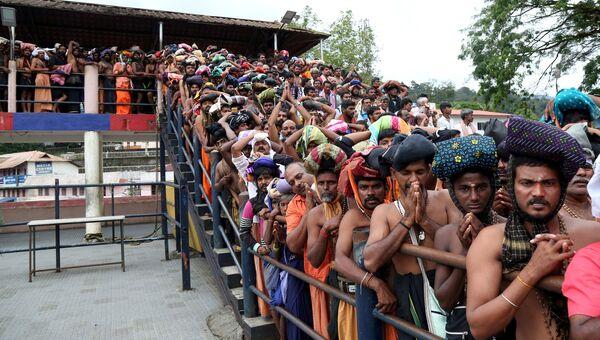 Протестующие индуисты у Храма, посвященного богу Айяппана, в местности Сабаримала штата Керала. 17 октября 2018