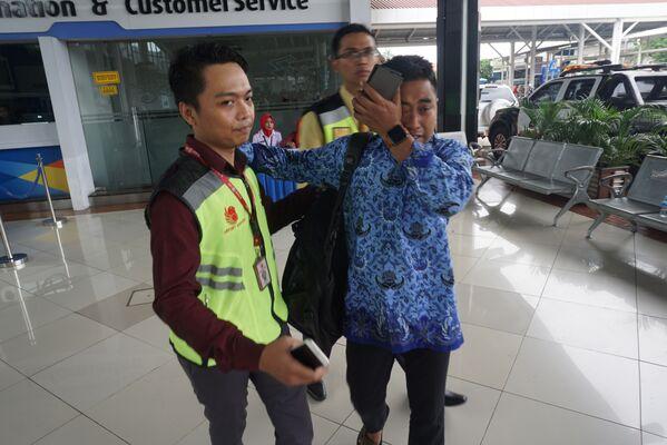 Родственник пассажиров Boeing 737 авиакомпании Lion Air, разбившегося у берегов острова Ява в международном аэропорту Сукарно-Хатта, в Тангеранге. 29 октября 2018 года