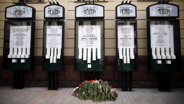 Цветы у входа в театр Ленком на Малой Дмитровке