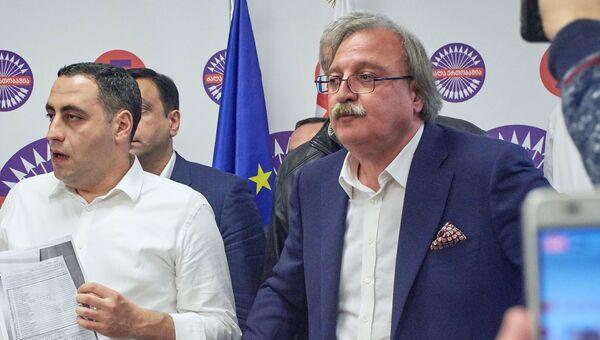Кандидат на пост президента Грузии Григол Вашадзе в своем избирательном штабе общается с журналистами во время подсчета голосов на выборах президента Грузии. 29 октября 2018