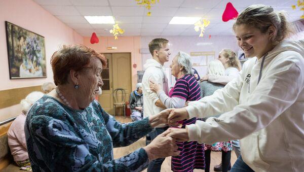 Школьники в доме престарелых фотографии пожилых людей дома