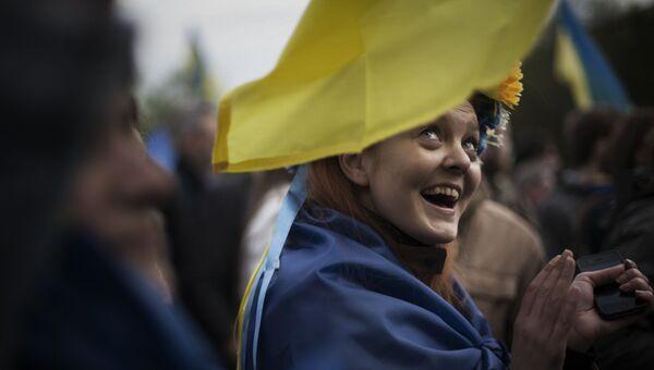 Девушка с флагом Украины на плечах. Архивное фото