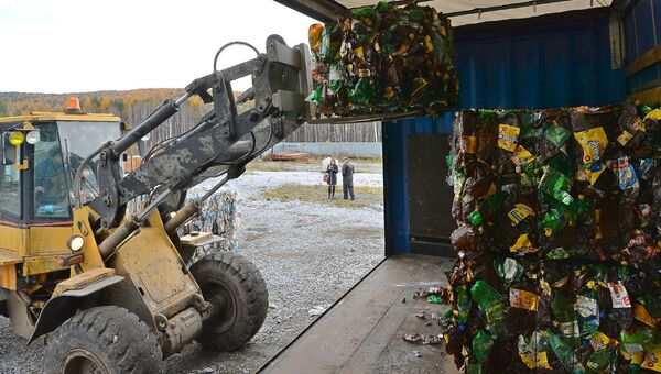 Погрузка прессованных пластиковых отходов для последующей отправки на переработку. Архивное фото