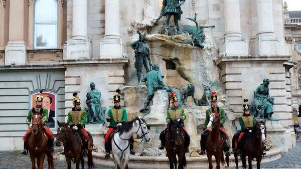 Королевские гвардейцы возле фонтана, изображающего охоту короля Матьяша, на территории Королевского дворца в Будапеште