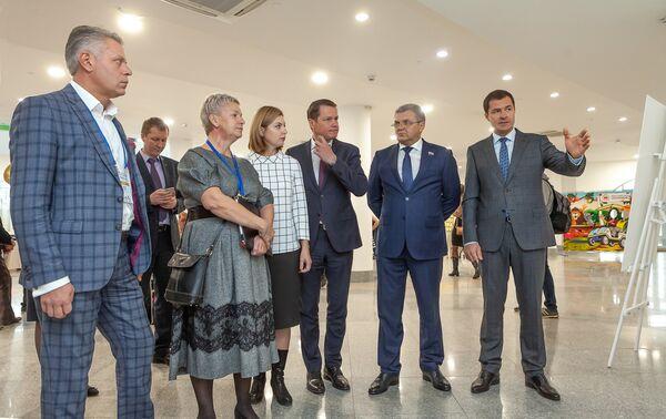 Осмотр экспозиции участниками форума. В Ярославль приехали более 30 российских и зарубежных экспертов в области туриндустрии