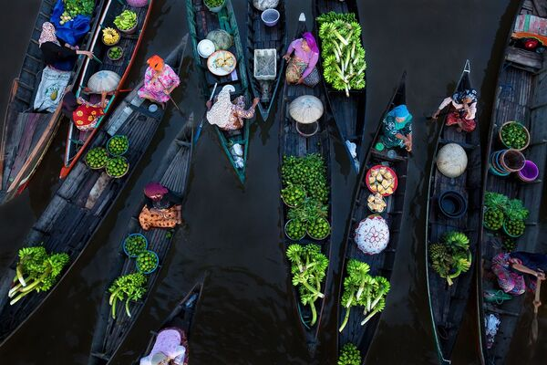 Снимок Floating Market фотографа из Германии Sina Falker, занявший первое место в категории Splash of Colors в конкурсе Siena International Photo Awards 2018