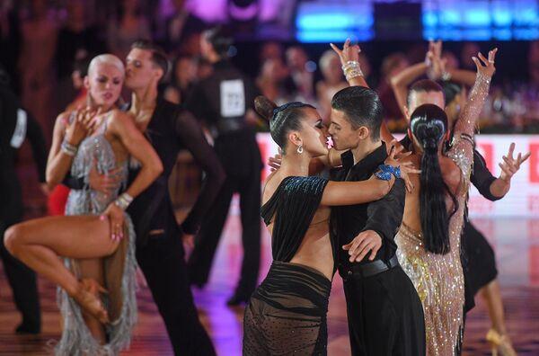 Сергей Агванян и Дарья Мажова выступают в латиноамериканской программе бальных танцев Кубка Кремля среди любителей в рамках чемпионата мира по европейским танцам WDC